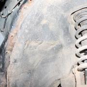 Jobb első doblemez műanyag burkolata alatt található korrózió