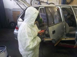 Autó ajtajának üregvédelméhez technikai furat készítése