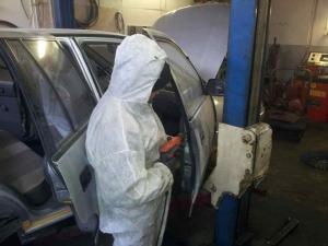 Autó első ajtajának üregvédelméhez technikai furat készítése